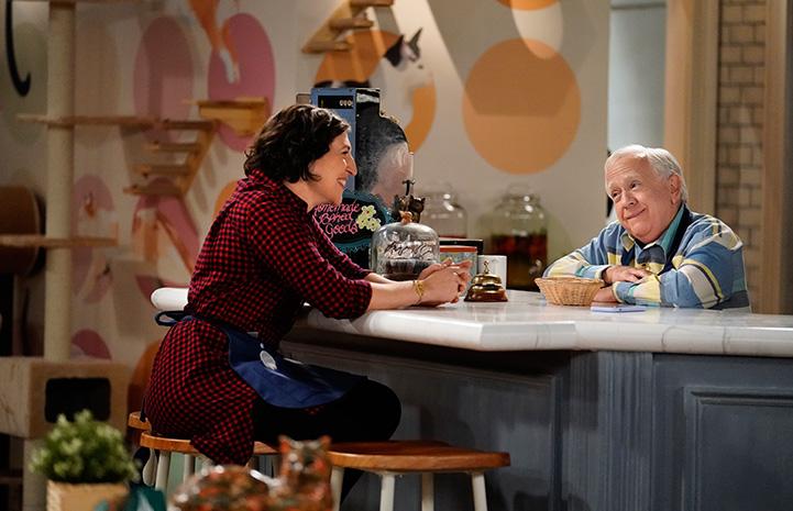 Mayim-Bialik talking to Leslie Jordan on the set of 'Call Me Kat'