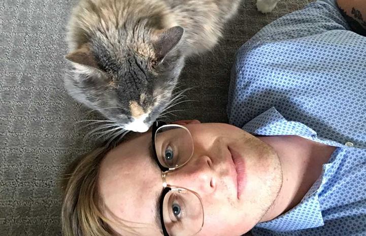 Selfie of Calen Smith with Harriet the cat