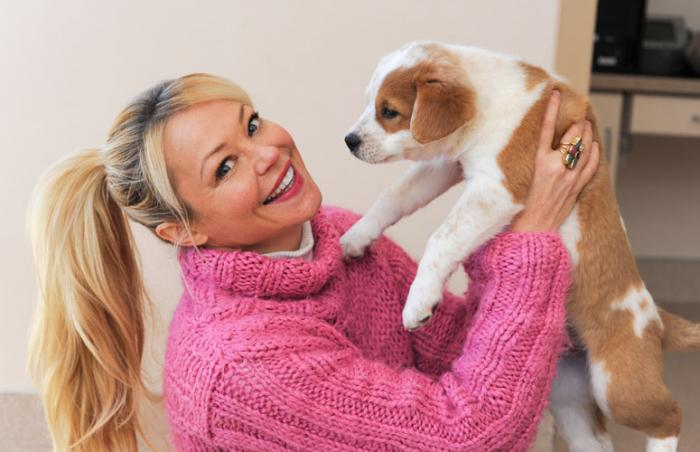 Actress Charlotte Ross makes friends with Rye the dog